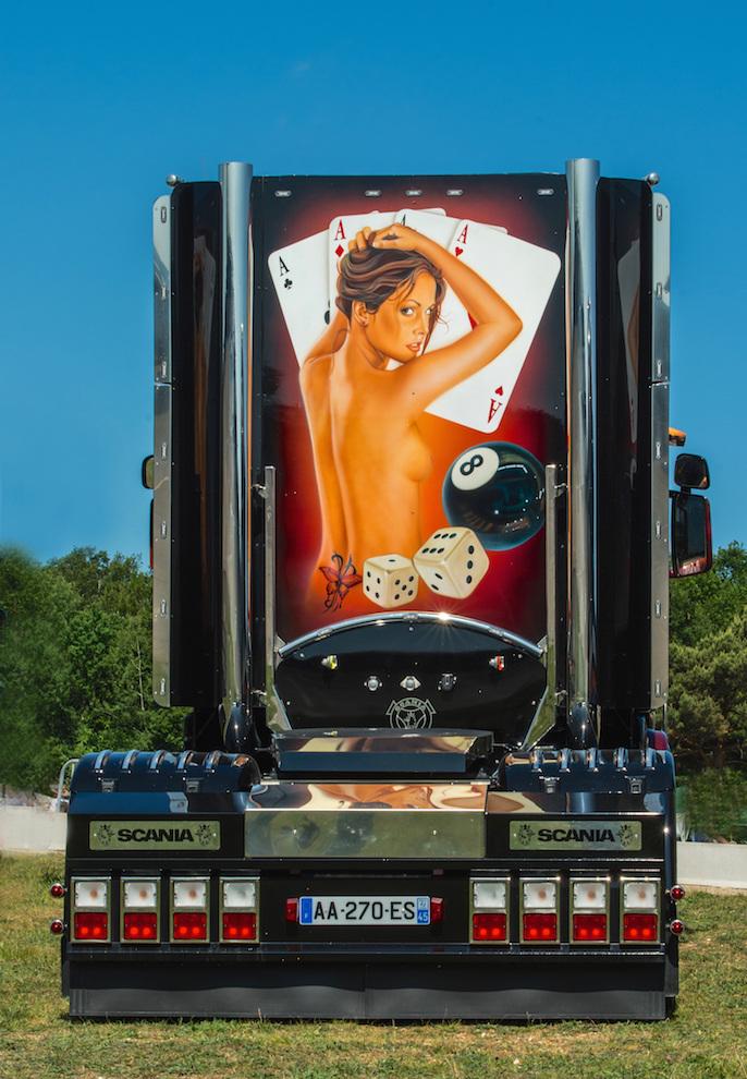 2 grosses salopes partouzes dans un camion - video cul