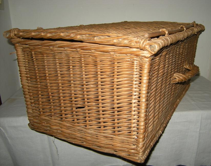 panier ou petite valise ancienne en osier fermeture par baguette art populaire. Black Bedroom Furniture Sets. Home Design Ideas