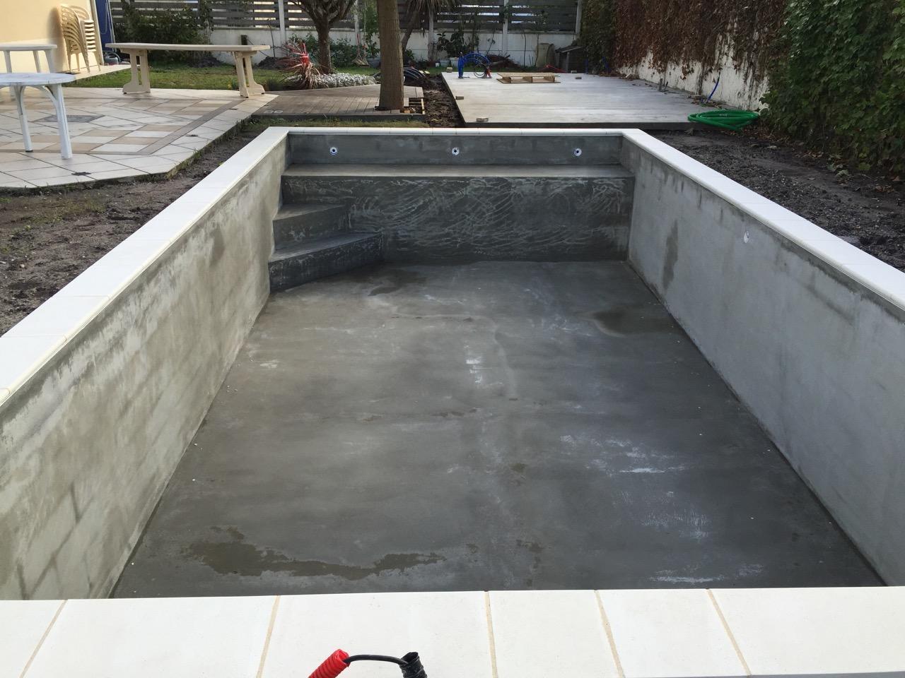 Piscine traditionelle 8x4 m poolhouse red cedar for Distance local technique piscine