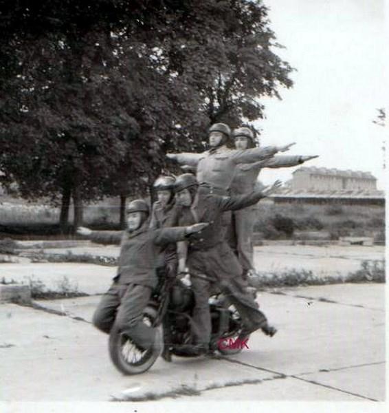 Création  des Premières acrobaties Motos en 1952 151231045910276840