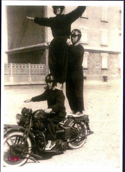 Création  des Premières acrobaties Motos en 1952 151231045914751572